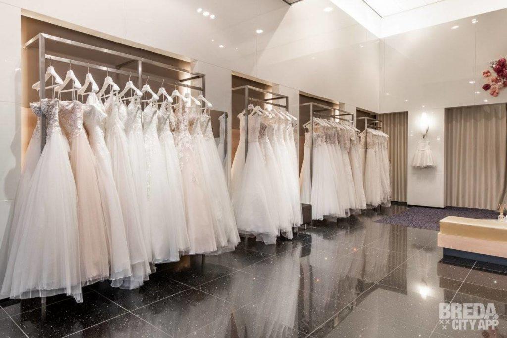 Trouwjurken in bruidsmodezaak