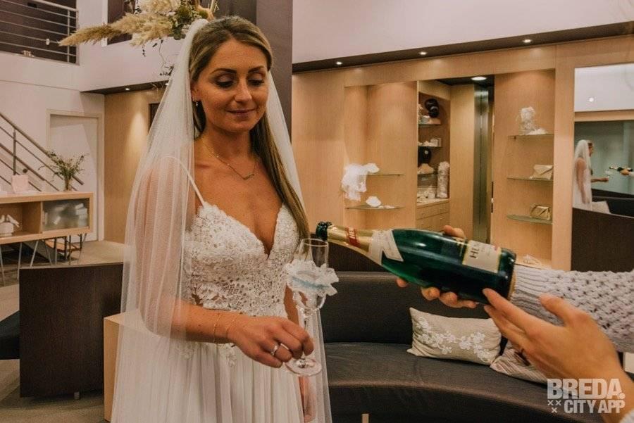 bruid met sluier en champagne